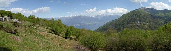 Tronzano Lago Maggiore, Italy: Aussicht auf Lago Maggiore, Gambarogno und Monte Tamara
