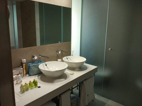 Barcelo Valencia: Das Bad bietet alle notwendigen Dusch-/Badeartikel. Schön ist, dass das WC separat ist.