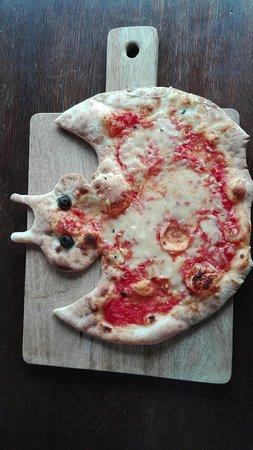 Ristorante La Vita: Kinderpizza Fledermaus (hier mit nach Hause genommen)