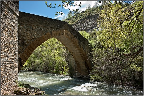 Provincia de Huesca, España: The bridge is the access from the road to the monastery...