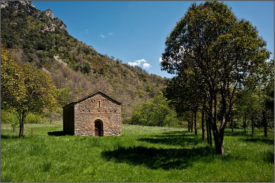 Provincia de Huesca, España: The smallest building, which may be a chapel...