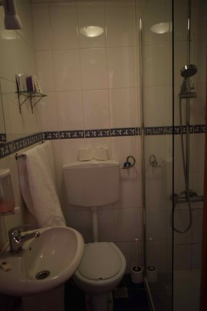 Pensao Residencial Camoes : bagno 2metri x 2
