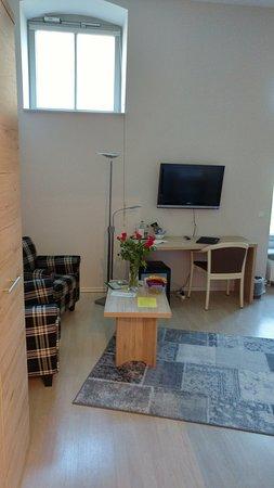Schieder-Schwalenberg, Germany: Sitzecke mit Fernseher und Minibar