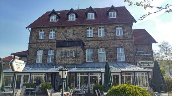 Schieder-Schwalenberg, Germany: Frontansicht mit dem Wintergarten und dem Biergarten vor dem Hotel