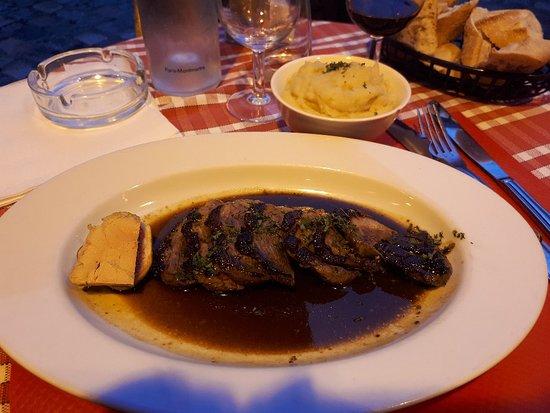 La Boheme du Tertre: Magret de canard, ou filé de pato no próprio molho acompanhado de purê de batatas. Preço salgado