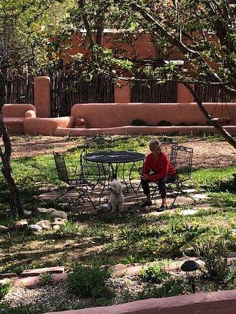 Ranchos De Taos, نيو مكسيكو: Common area courtyard by acequia