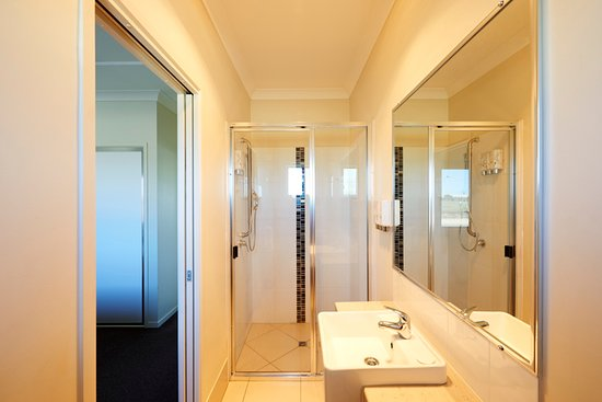 Blackwater, Australia: One Bedroom Apartment Bathroom
