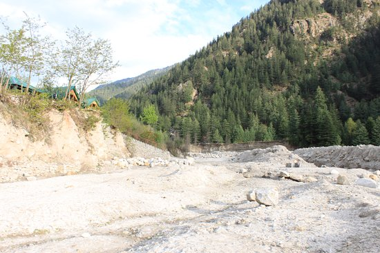 Banjara Camp &  Retreat - Sangla Valley Camp: the Baspa river that flows right next to your rooms..