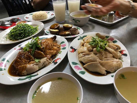 Wee Nam Kee Hainanese Chicken Rice Restaurant: About to tuck in....