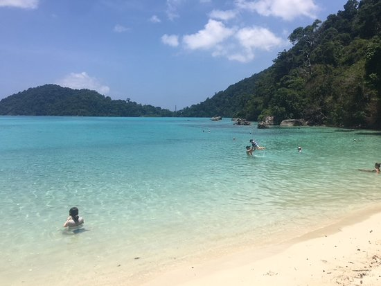 Khaolak Guru : The beach where you stop for lunch.