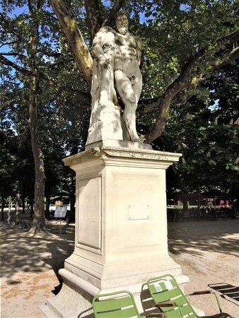 "La statue ""Hercule Farnèse"""
