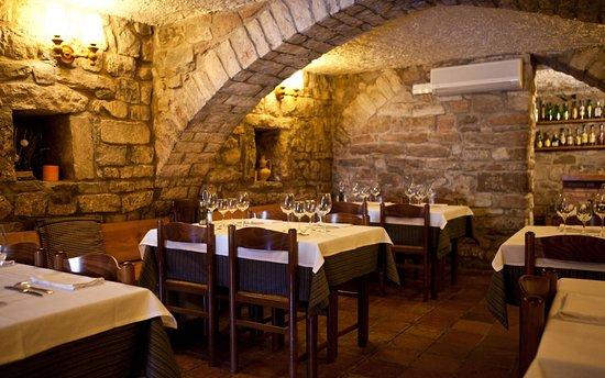 Moia, إسبانيا: Comedores rústicos y acogedores en plena naturaleza