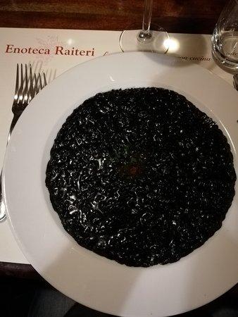 Casorate Primo, Италия: Risotto al nero di seppia con perle di salmone