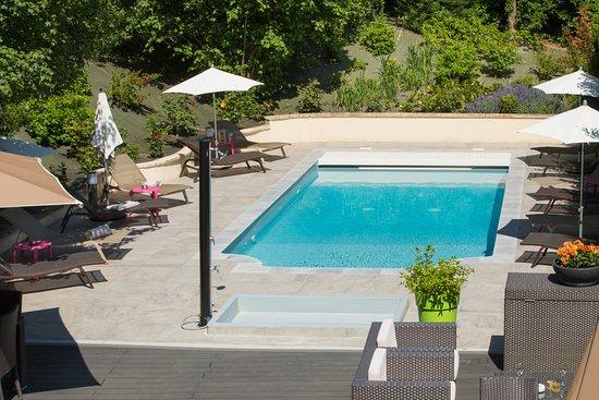 La Boisse, France: Chambre Queen Size / Vue piscine