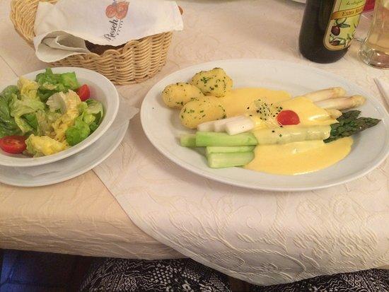 Leonding, Austria: Spargelduett mit Hollandaise und heurigenkartoffeln