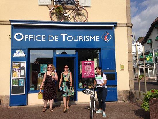 Ronchamp, فرنسا: Les locaux de l'office de tourisme situés sur la place de l'église, 25 rue Le Corbusier à Roncha
