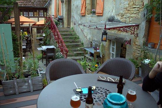 Cabanoix et Châtaigne: Terrasse fumeur du restaurant où nous avons pu manger, superbe