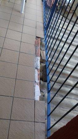 Los Arcos, Spain: carrelage cassé