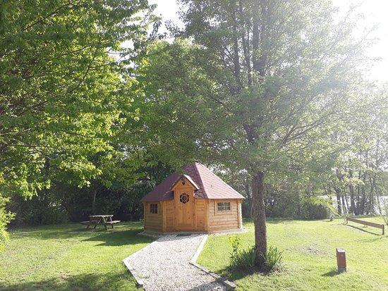 Le Chesne, ฝรั่งเศส: L'hôtel se situe au Camping du Lac de Bairon  F- 08390 Bairon et ses environs