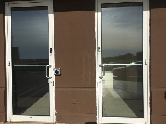 Hilton Garden Inn Oshkosh: Doors at back entrance, the one without digital lock remained unlocked all night.