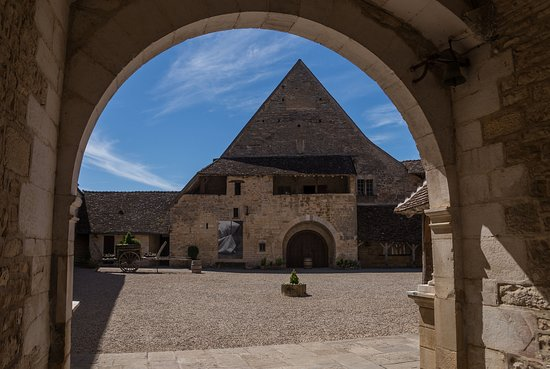 Vougeot, فرنسا: Blick durch das Eingangstor in den Innenhof