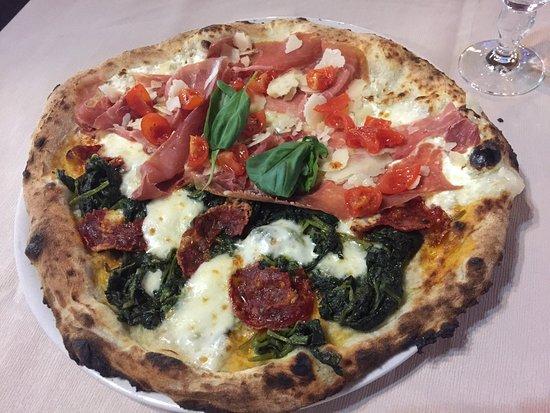 Perdifumo, Italien: Metà broccoli e salame piccante Metà mozzarella, ricotta, prosciutto crudo e pomodorini