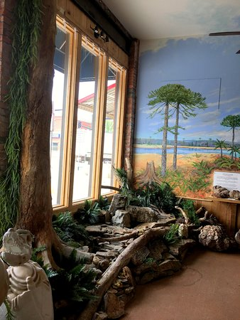 Greybull, ไวโอมิง: Lovely water feature, tree and greenery cleverly blend into Mike Kopriva's mural masterpiece