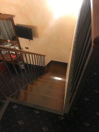 Nuovo Hotel Quattro Fontane: Escalera peligrosa, demasiado alta y empinada.