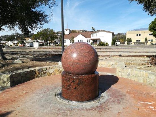 Santa Paula, CA: Obracająca się, pod ciśnieniem wody, granitowa kula