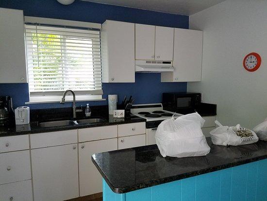 Driftwood Inn: fully stocked kitchen, nice countertops