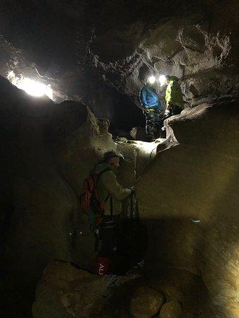 Ørnes, Norge: Rappellering i grotta.