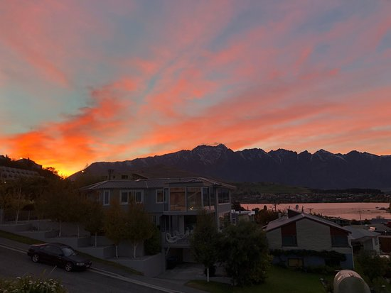 Alexis Queenstown Motor Lodge and Apartments: sunrise from the hotel