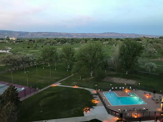 DoubleTree by Hilton Grand Junction: Golf course/pool and mountains view from 8th floor room