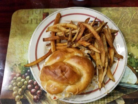 DuBois, بنسيلفانيا: Crab Cake Sandwich & Fries