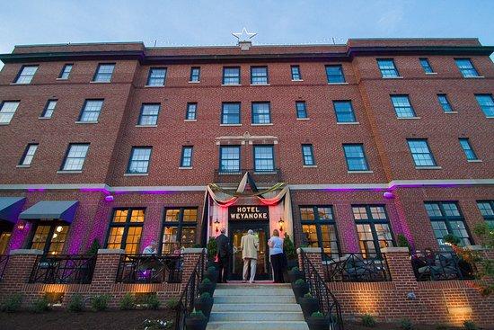 Farmville, VA: Hotel Weyanoke Exterior at night