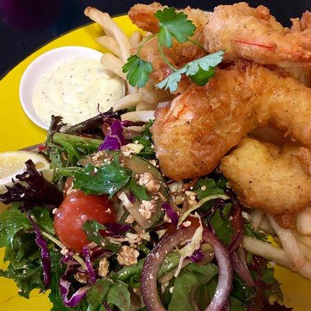 Ocean Grove, Αυστραλία: Crispy dill battered prawns, house salad, fries & herb aioli
