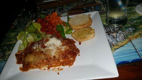 Mama Mia Italian Deli & Pizzeria: Lasagna, garlic bread and salad