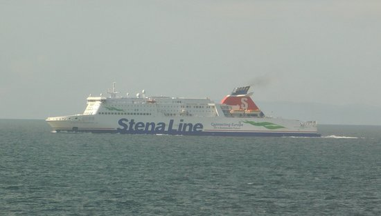 Cairnryan, UK: Ferry coming the other way on our return journey
