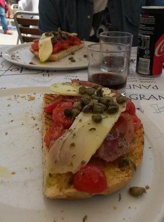Lingua, إيطاليا: Pane cunzatu con pomodorino, carpaccio di tonno, vastedda e capperi