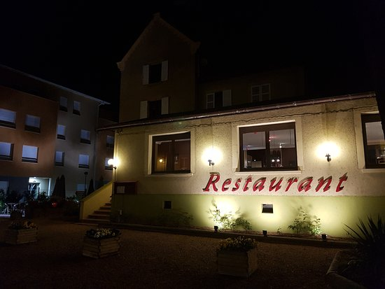 Lozanne, فرنسا: La façade vue de nuit...