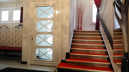 Jokioinen, Φινλανδία: Hunajakoto stairs to 2nd floor. Hunajakoto sisäänkäynnin aulasta portaat majoituskerrokseen.