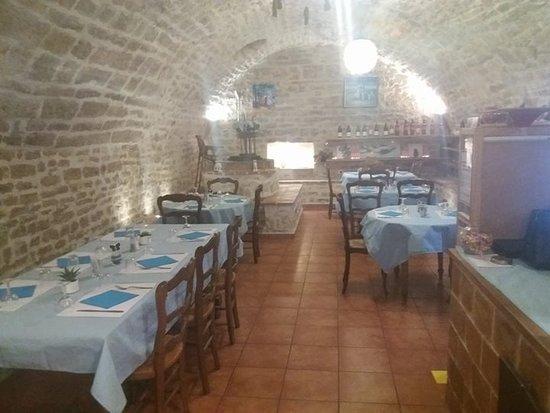 Vezenobres, ฝรั่งเศส: Joli pièce voûtée entièrement restaurée avec son petit puits intérieur