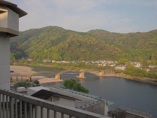Iwakuni Kokusai Kanko Hotel: 部屋の窓を開けてベランダに出ることができる