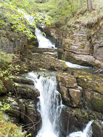 Ystradfellte, UK: Mid spring, meaning the waterfalls aren't at full swell