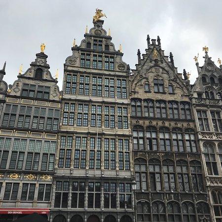 Antwerp's Port: Calles típicas, estrechas y con vírgenes en muchas esquinas como católicos q son la mayoría; se