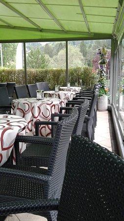 Comano Terme, อิตาลี: ...veranda all'esterno del Bar Gelateria al Parco...