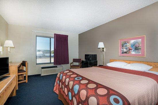 Portage, WI: 1 Queen Bed Room
