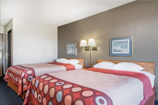 Portage, WI: 2 Queen Bed Room