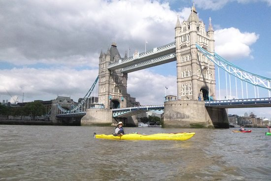 Londres, UK: Great day on the river with a mix of clouds and sun. A unique view of London