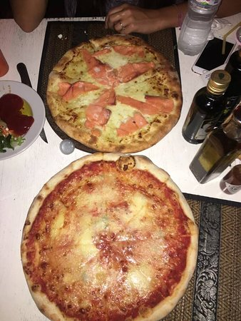 Italiano Bar and Restaurant: Salmon and 4 cheese pizza